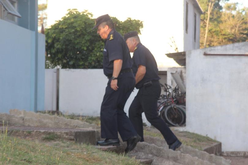 policias entrando a comisaria