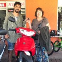 Bizcochería Chino & Nacho realizó entrega de una moto cero kilómetro